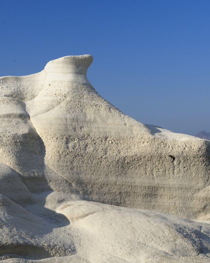 Vitt vulkaniskt vaggar på den Sarakiniko stranden fotografering för bildbyråer
