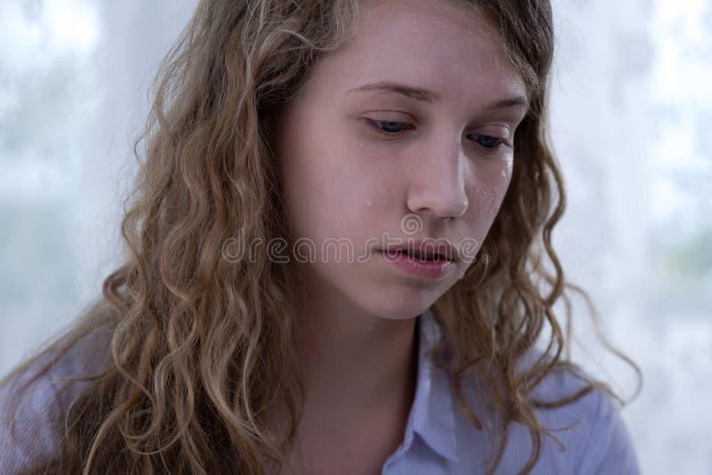 Vittima adolescente stanca di cyberharassment immagine stock libera da diritti