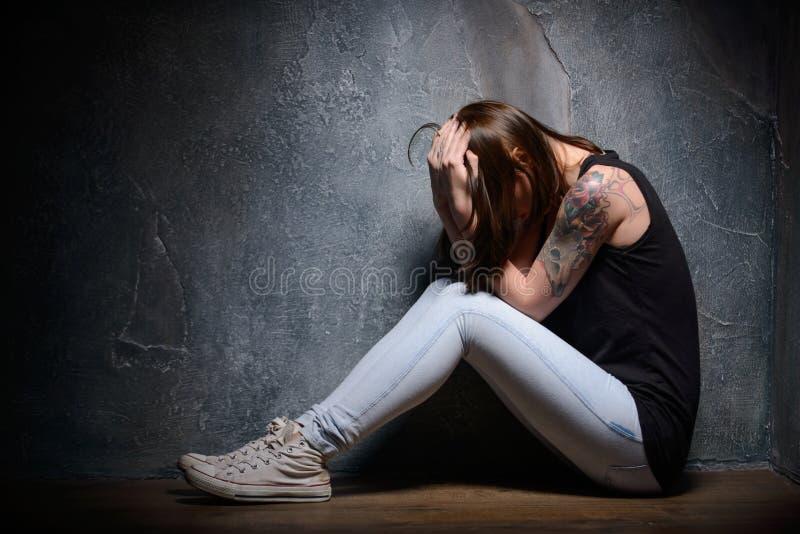 Vittima di violenza domestica nella cantina fotografie stock