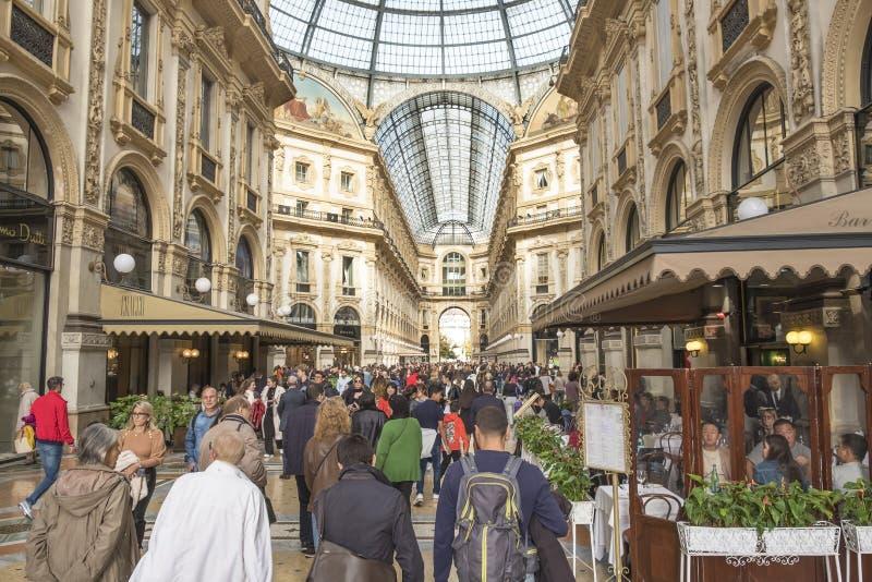Vittorio de Emanuele-gallerier med lyxaffärer och många barer och restauranger royaltyfri bild