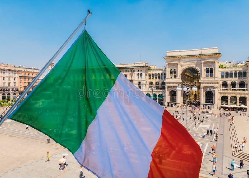 Vittorio Emanuele II monument i Milan, Italien med den italienska flaggan royaltyfri fotografi