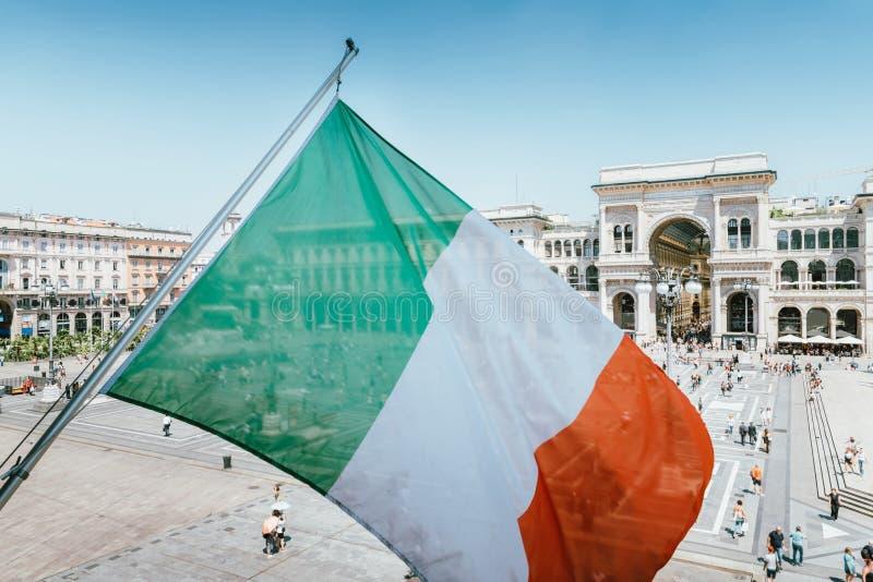 Vittorio Emanuele II monument in Milaan, Italië met Italiaanse vlag royalty-vrije stock foto's