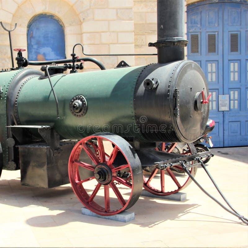 Vittoriosa Malta, Juli 2016 Gammal lokomotiv i borggården av det maritima museet arkivfoton