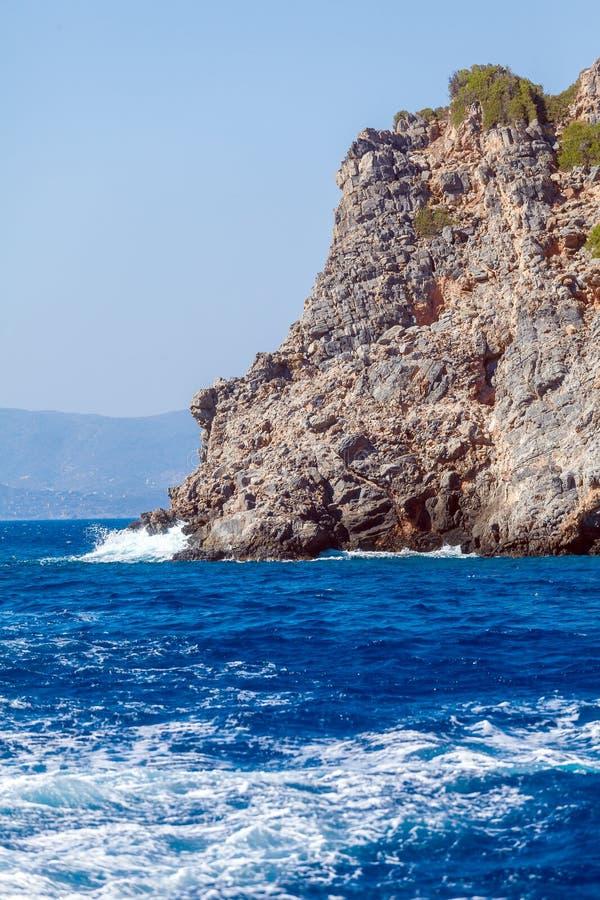 Vitvågor och havsklippor - typisk landskap av Kretakuster fotografering för bildbyråer