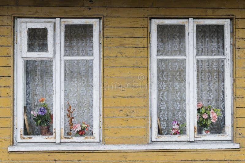 Viudas en el edificio de madera imágenes de archivo libres de regalías
