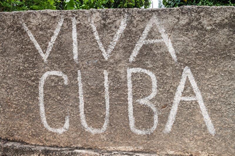Viva Cuba escrita en una pared en el pueblo de Gibara, Cu fotografía de archivo libre de regalías
