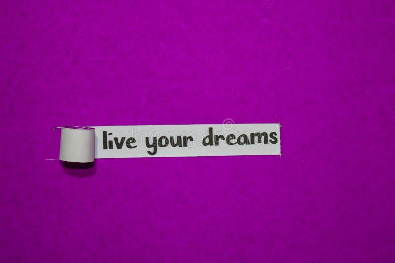 Viva seu conceito dos sonhos, da inspiração, da motivação e do negócio no papel rasgado roxo fotos de stock