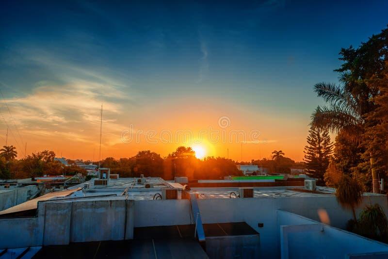 Viva sobre os telhados de casas na cidade de Merida México fotos de stock