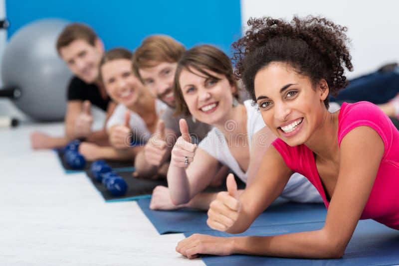 Vivacious молодые люди разрабатывая в спортзале стоковые изображения rf