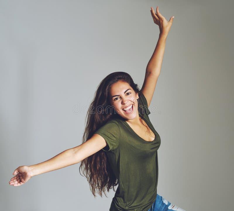 Vivacious привлекательная молодая женщина празднуя стоковое фото rf