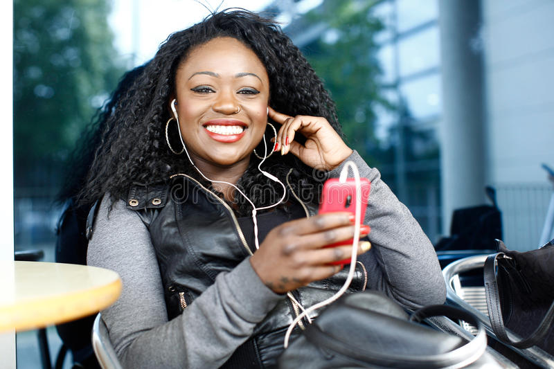 Vivacious Afrykańska kobieta słucha muzyka obrazy royalty free