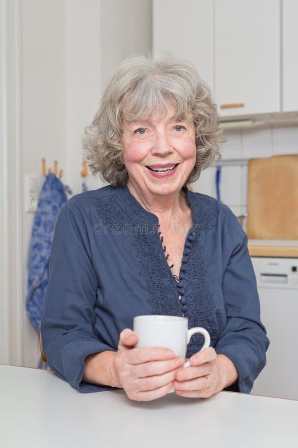 Vivacious starsza kobieta z kubkiem obraz royalty free