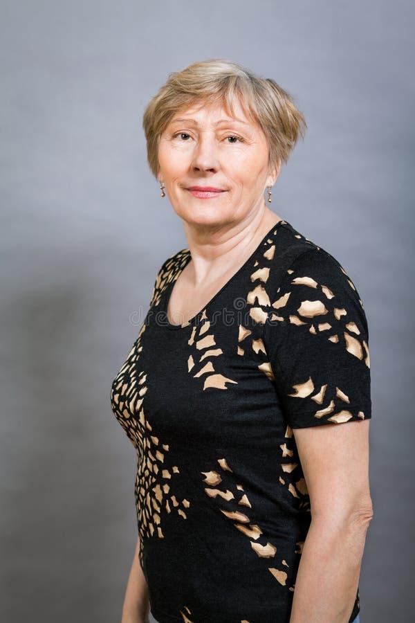 Vivacious szczęśliwa starsza kobieta zdjęcia stock