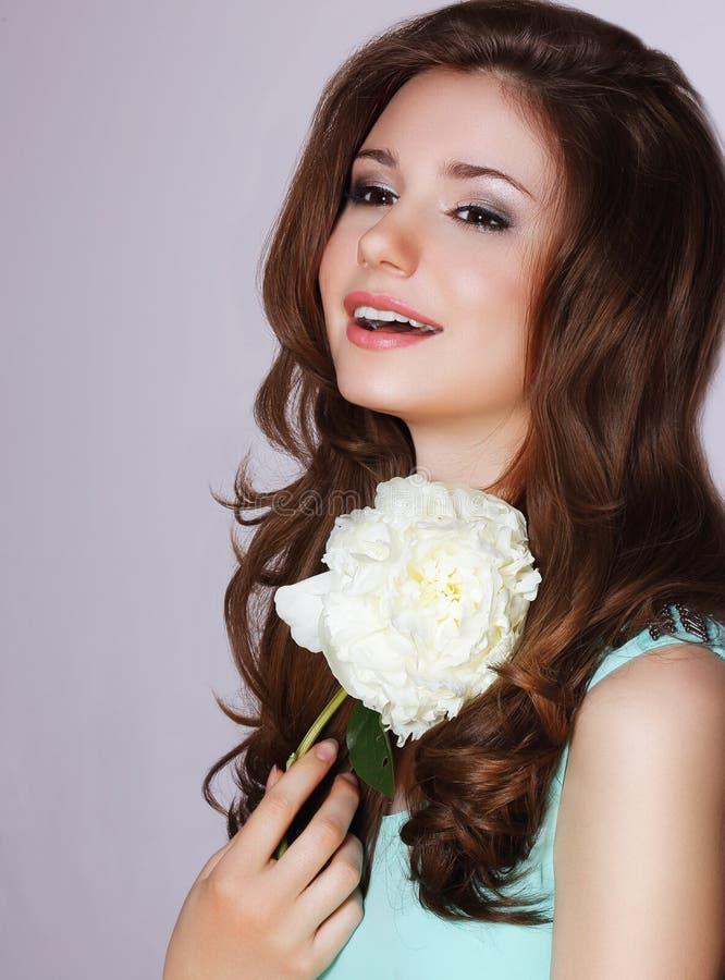 vivacité Femme heureuse avec le sourire de fleur de pivoine photo stock