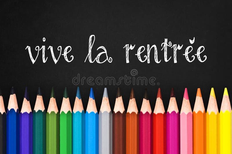 Vive larentree (som tillbaka betyder till skolan) som är skriftlig på svart svart tavlabakgrund royaltyfria bilder