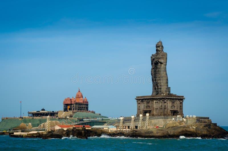 Vivekananda vaggar på Kanyakumari, Indien, mot en blå himmel arkivbild