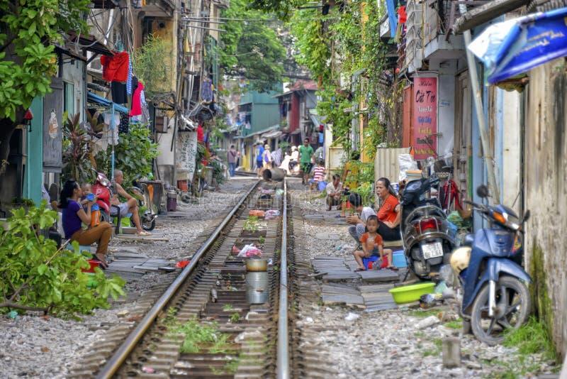 Vivendo na estrada de ferro em Hanoi, Vietname foto de stock royalty free