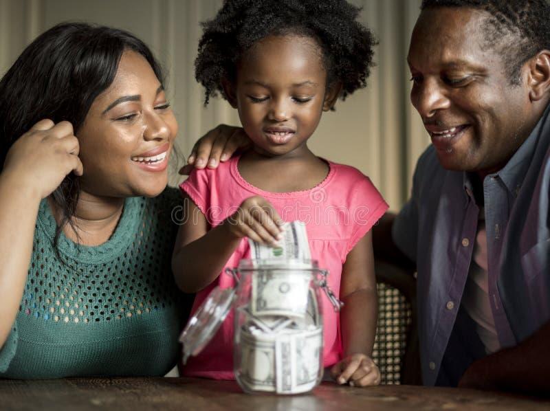 Vivere di riposo domestico della Camera della famiglia di origine africana immagine stock libera da diritti