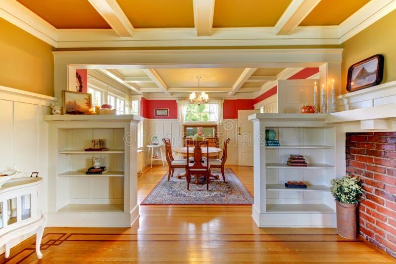 Vivere e sala da pranzo eleganti con oro e colore rosso. fotografie stock