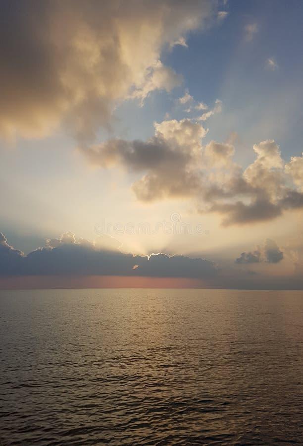 Vivez dans le soleil Bain en mer Buvez l'air sauvage images libres de droits