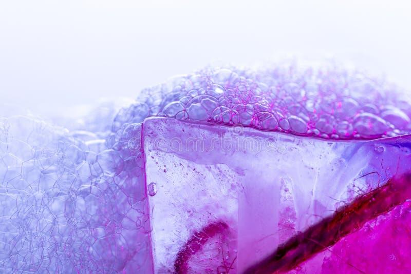 Vivid Magenta Bublles und Eisuntergrund lizenzfreies stockbild