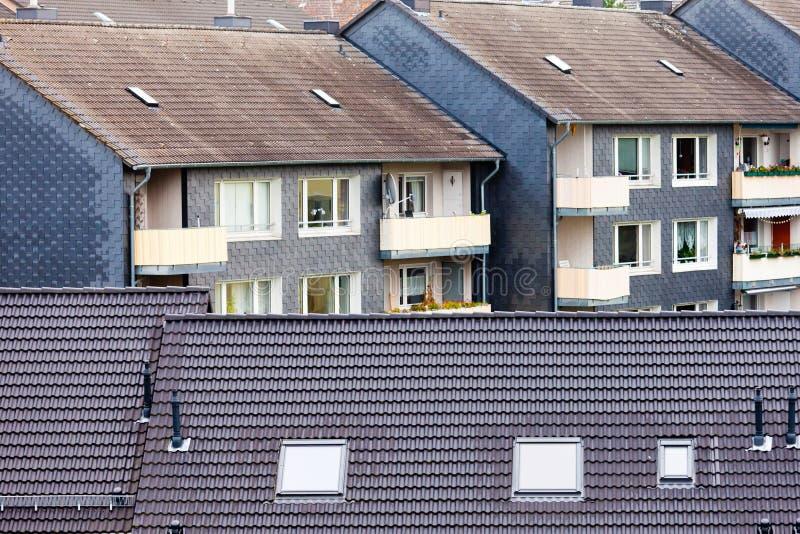 Vivienda de alta densidad urbana de los bloques huecos de la propiedad horizontal fotografía de archivo