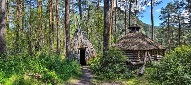 Vivienda tradicional de los indígenas que viven en el Altai MES foto de archivo