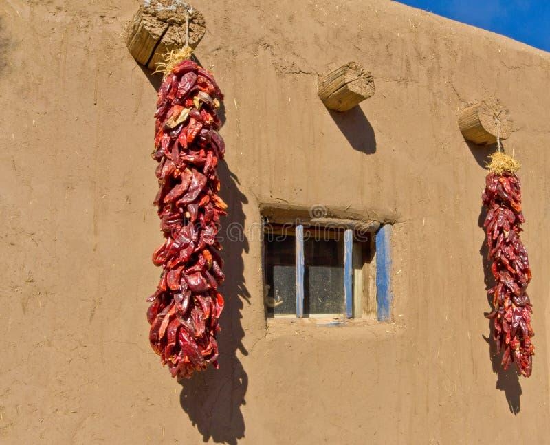 Vivienda y chiles al sudoeste de Adobe foto de archivo libre de regalías