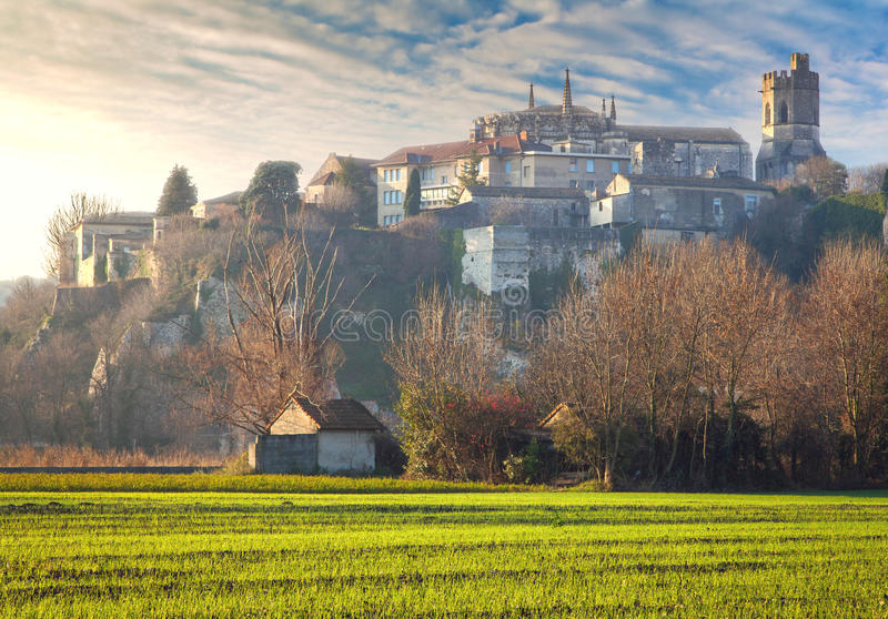 Viviers Cityscape i gryningmorgonljuset royaltyfria foton