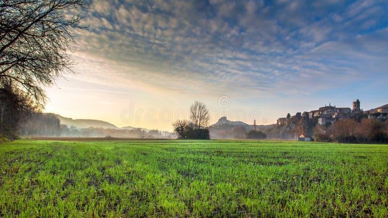 Viviers Cityscape i gryningmorgonljuset fotografering för bildbyråer