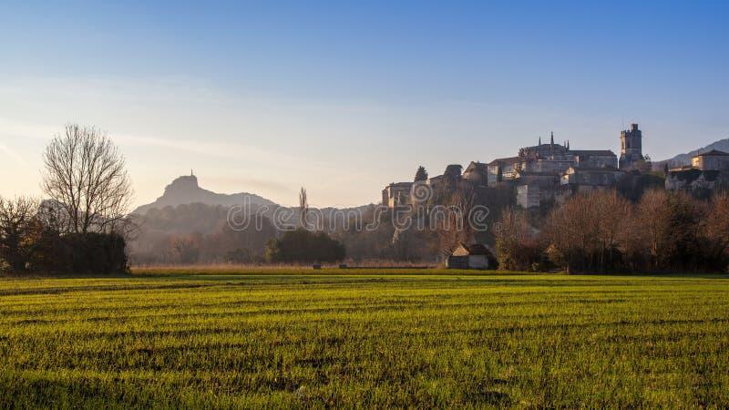 Viviers Cityscape i gryningmorgonljuset arkivbild