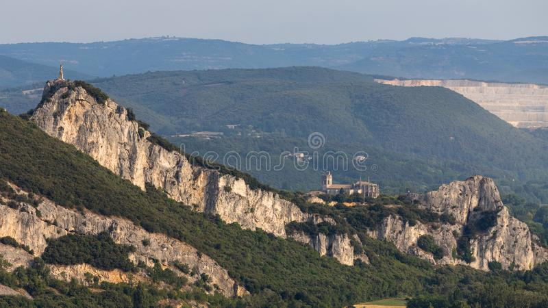 Viviers, illage médiéval, et sa cathédrale dans son environment naturel, en Ardèche, França imagens de stock