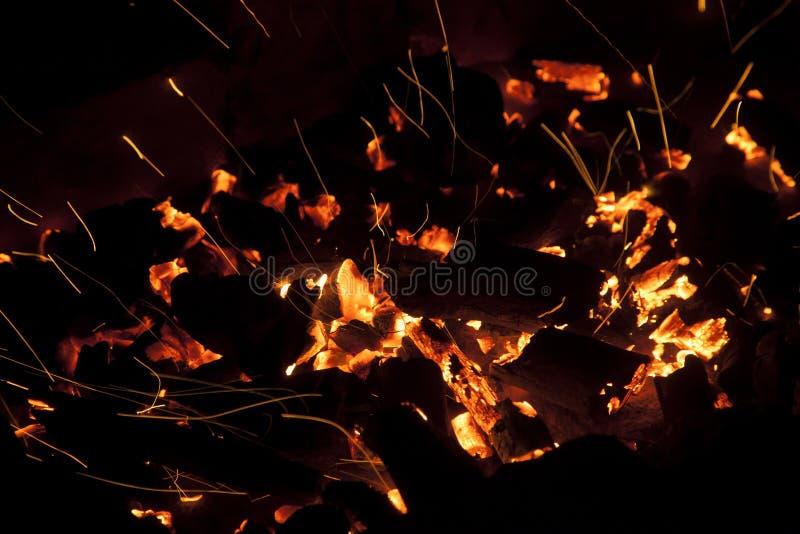 Vivo-carvões de brilho quentes que queimam-se em um assado imagem de stock royalty free