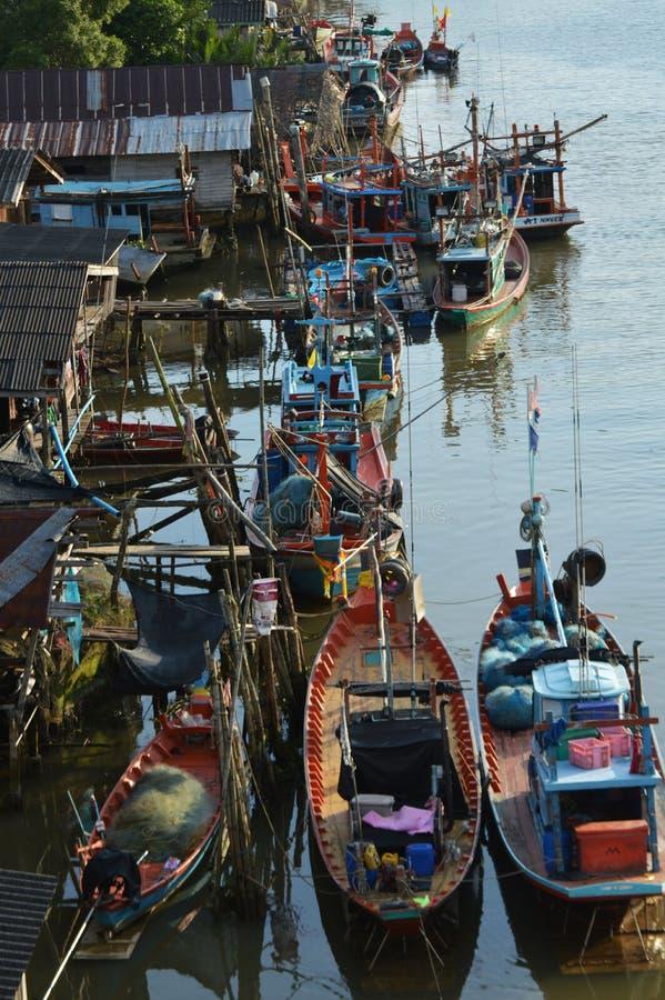 Vivo feliz do pescador da vila resfolegado imagens de stock