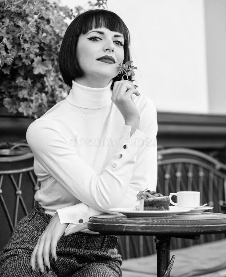 Vizii La ragazza si rilassa il caff? con il dessert del dolce Castana elegante attraente della donna mangia il terrazzo gastronom fotografia stock