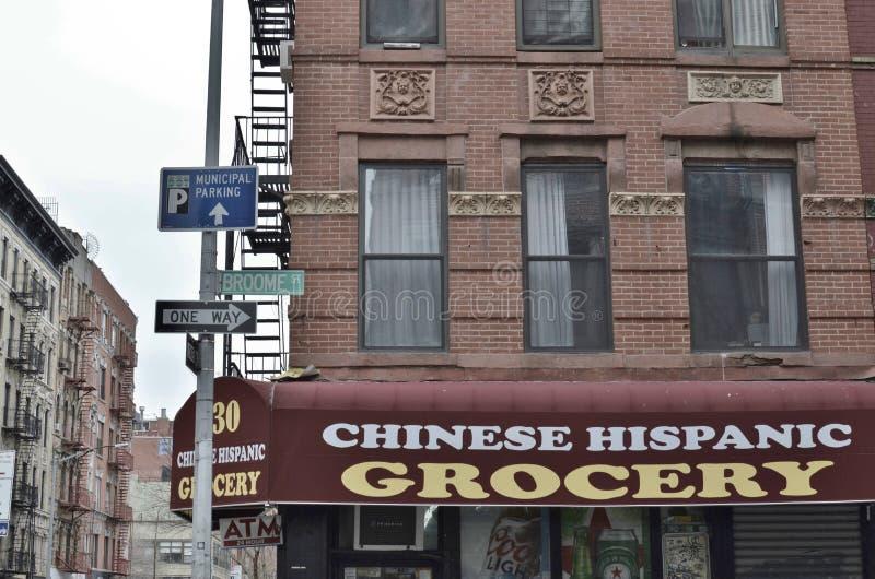 Vizinhança cultural latino-americano chinesa do negócio da mercearia de New York City do Lower East Side multi foto de stock