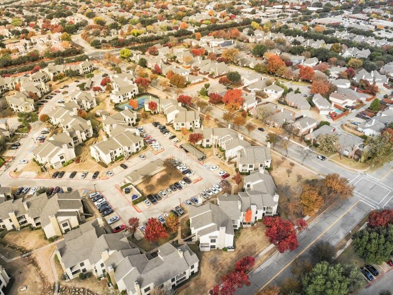 Vizinhança da vista superior com campo de tênis e colorido residenciais imagem de stock
