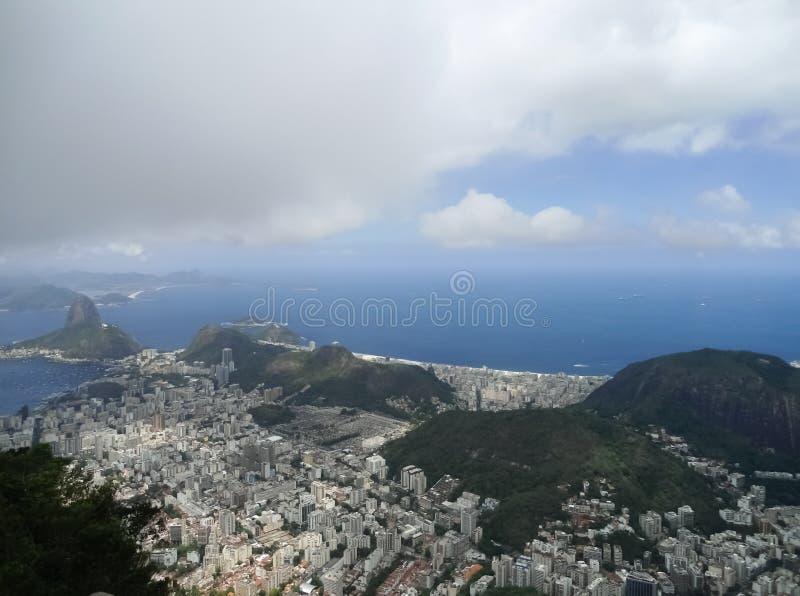 Vizinhança de Botafogo em Rio de janeiro Brazil com montanha de Sugarloaf imagem de stock royalty free