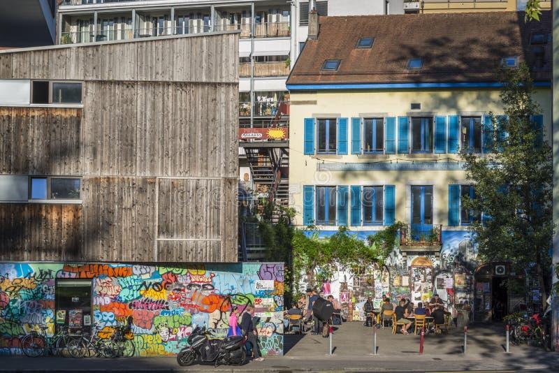 Vizinhança de Les Grottes, um distrito boêmio em Genebra, Suíça fotografia de stock
