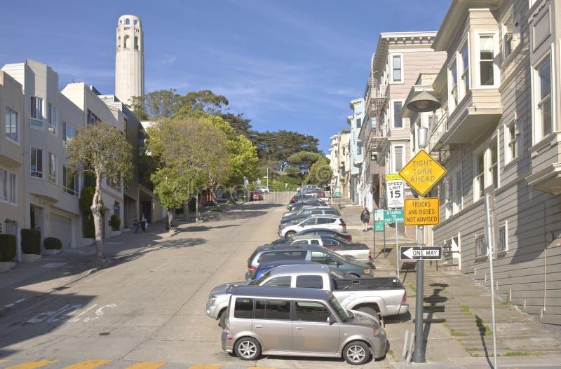 Vizinhança de San Francisco e a torre de Coit imagem de stock