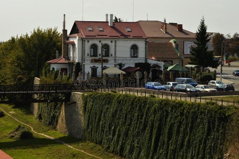 A vizinhança do castelo na cidade de Dubno, região de Rivne , Ucrânia fotos de stock
