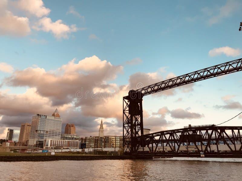 A vizinhança dos planos em Cleveland senta-se no rio, era o coração da indústria, e é agora um lugar para viver & trabalhar CLEVE imagens de stock royalty free