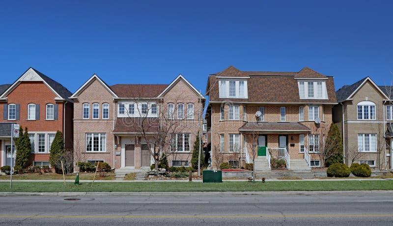 Vizinhança residencial com as casas semi-destacadas do tijolo moderno fotos de stock