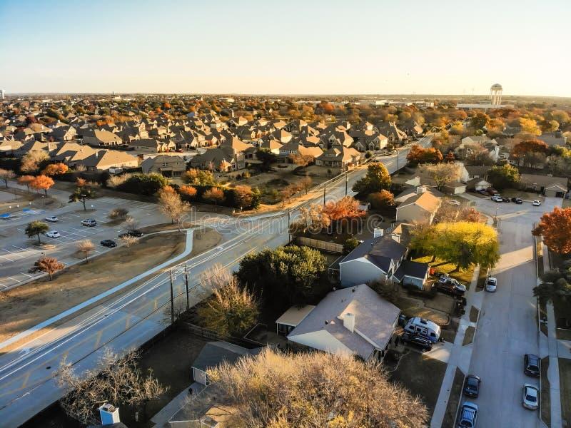 Vizinhança residencial da vista aérea com a rua local no por do sol da queda perto de Dallas imagem de stock