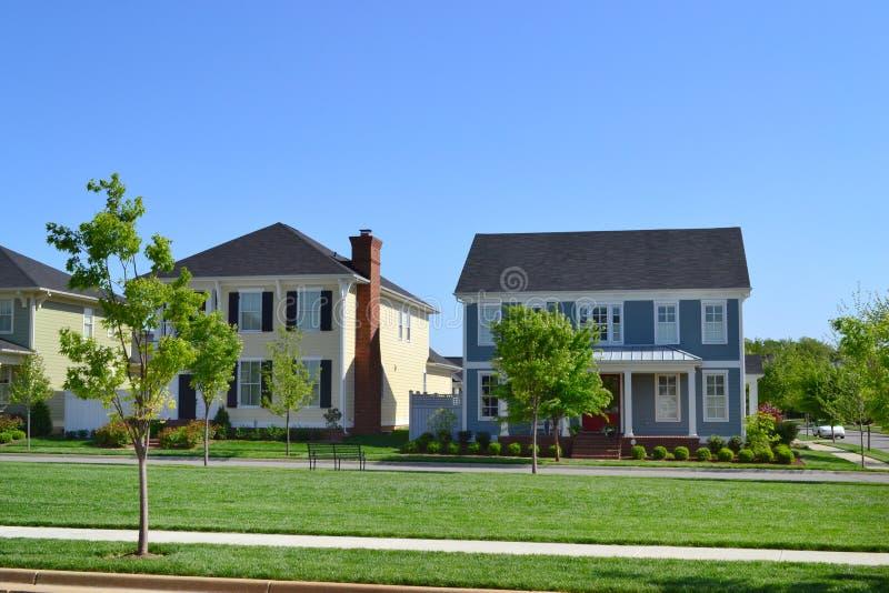 Vizinhança suburbana brandnew da casa do sonho americano de Capecod imagens de stock
