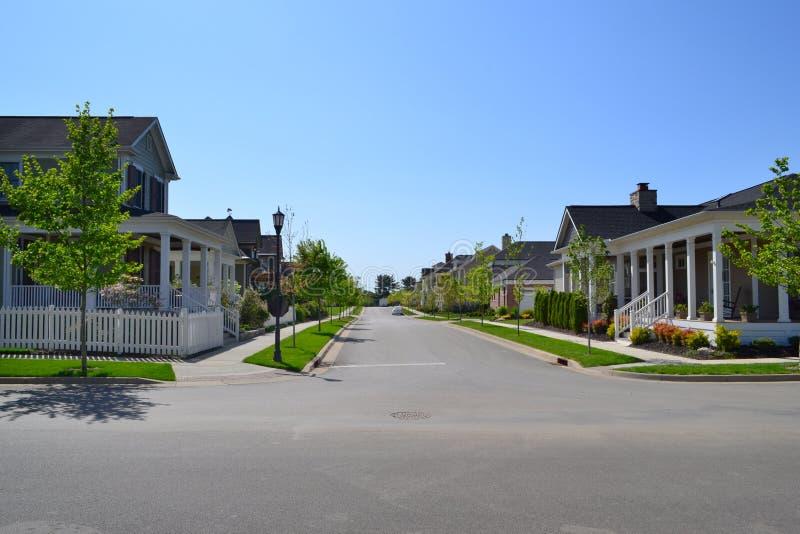 Vizinhança suburbana brandnew da casa do sonho americano de Capecod fotos de stock