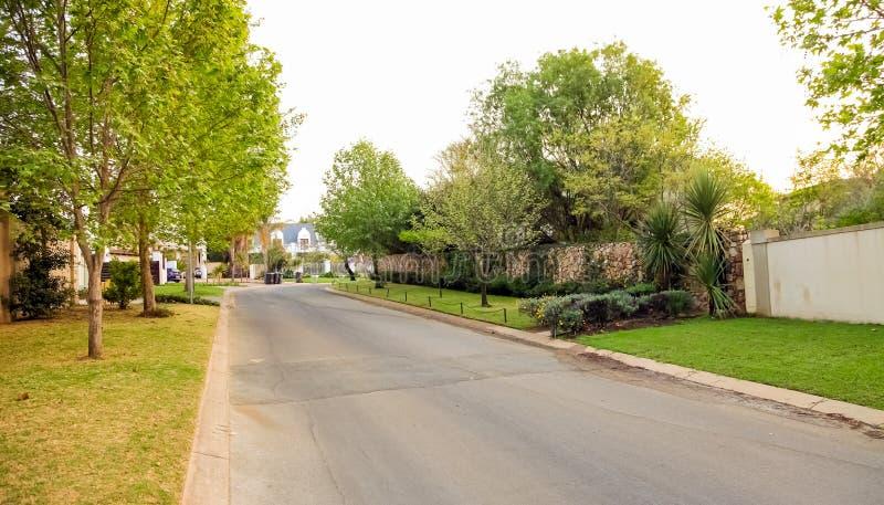 Vizinhança suburbana rica de luxo de Joanesburgo foto de stock royalty free