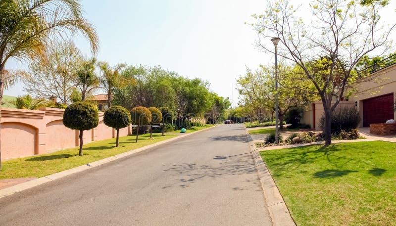Vizinhança suburbana rica de luxo de Joanesburgo fotos de stock royalty free