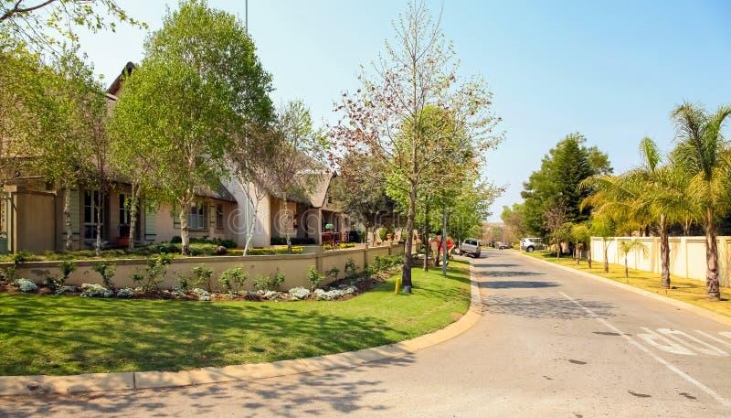 Vizinhança suburbana rica de luxo de Joanesburgo fotos de stock