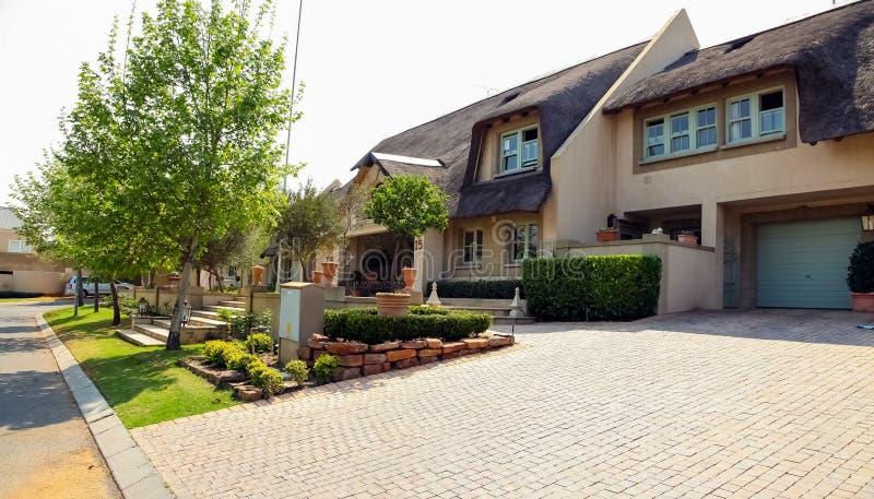 Vizinhança suburbana rica de luxo de Joanesburgo foto de stock
